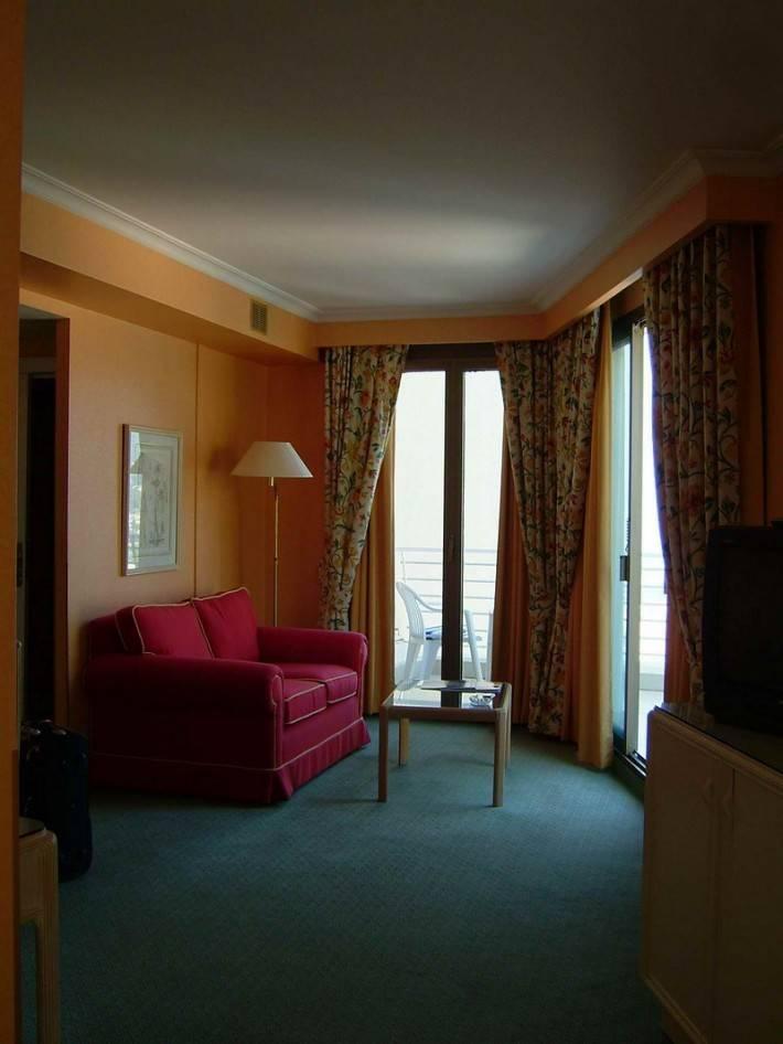 Потолок из гипсокартона в узкой гостиной