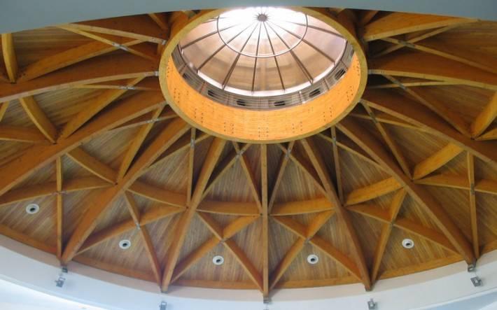 Деревянный купольный потолок