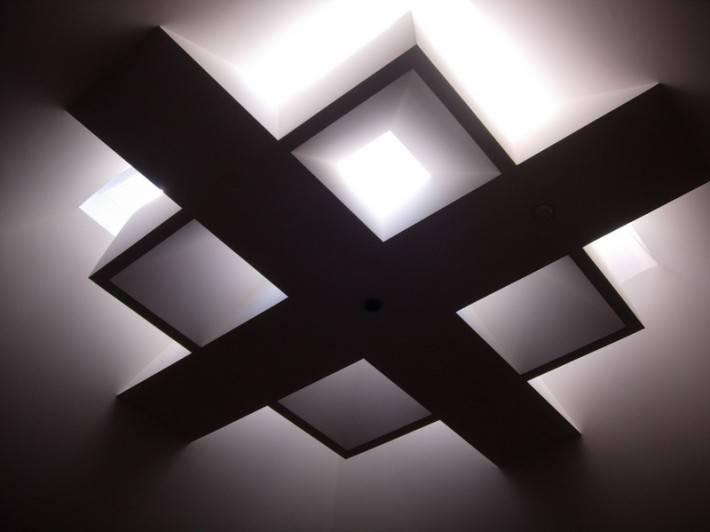 Потолок из стеклянных панелей и балок