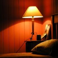 Торшеры в дизайне интерьера спальной комнаты