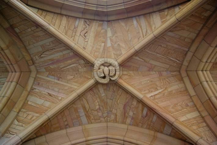 Замковый камень в виде змеи на каменном потолке