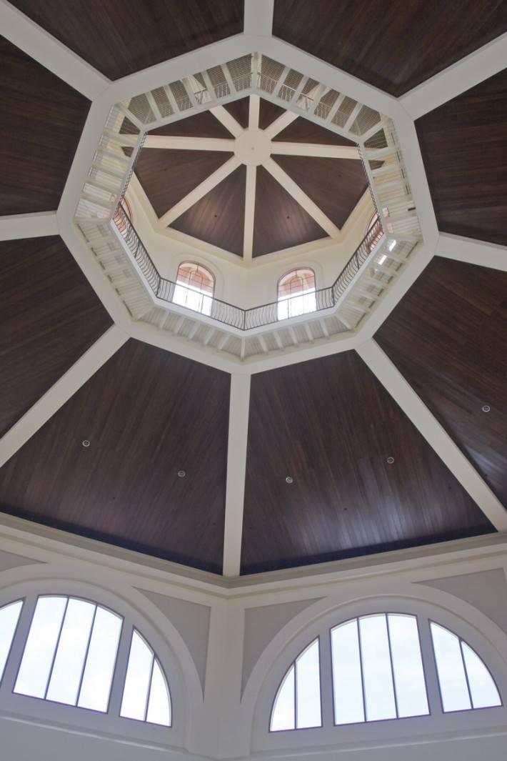 Деревянный потолок — фото 153