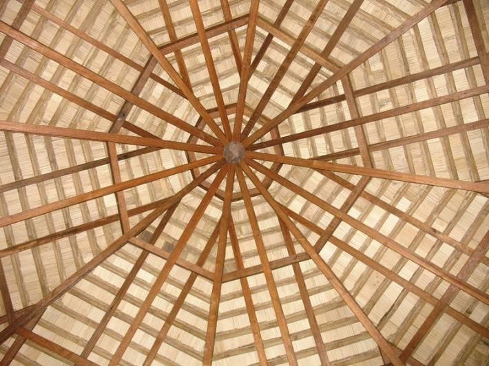 Деревянный потолок — фото 147