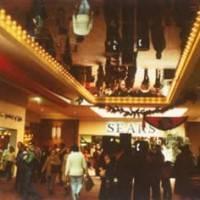 Фотография зеркального потолка в холле торгового центра