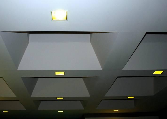 Гипрочный потолок с нишами