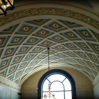 Лакунарный потолок нефа с лепным декором