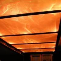 Стеклянный потолок с оранжевой подсветкой