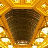 Двухуровневый потолок с кессонами и стеклом