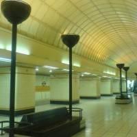 Фото металлического кессоного потолка в метро