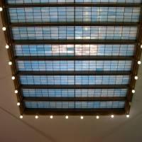 Стеклянный плафон на потолке