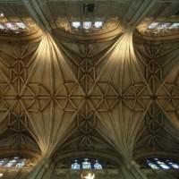 Каменный потолок и колонны с лепниной в Кентерберийском соборе (фото 3)