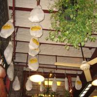 Потолок декорированный белым камнем