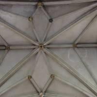 Каменный потолок декорированный балками