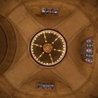 Купольный каменный потолок с люстрой по центру