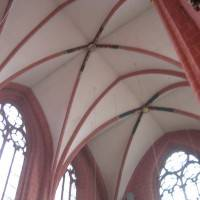 Стены и колонны из кирпича и белый потолок