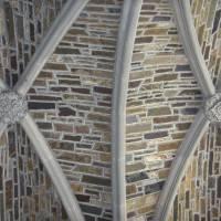 Потолок из камня с деревом и лепниной