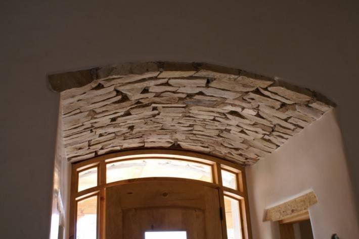 Потолок в прихожей отделанный искусственным камнем