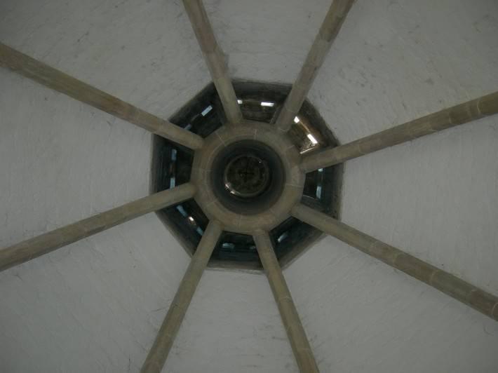 Оштукатуренный каменный потолок с деревянными балками