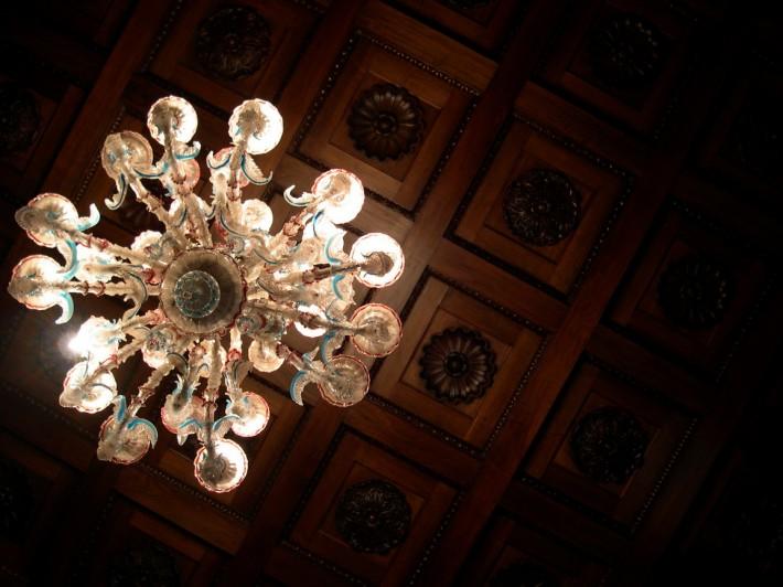 Деревянный потолок — фото 35