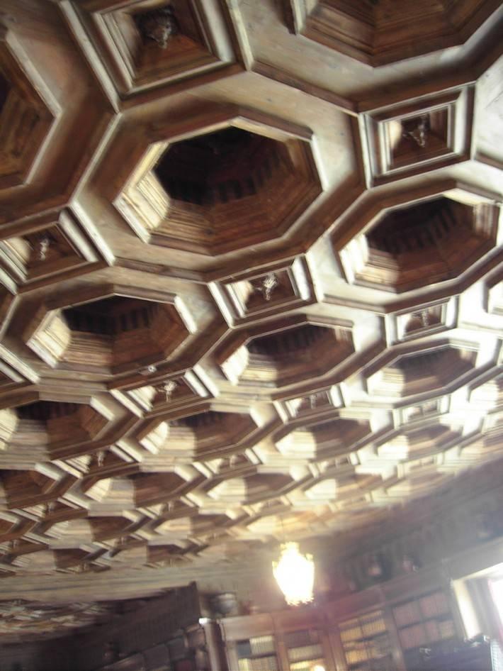Кессонированный потолок с элементами резьбы по дереву