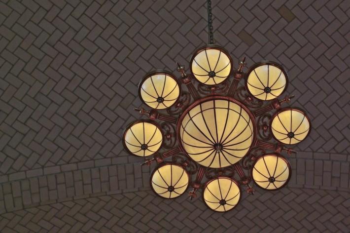 Потолок с кирпичной кладкой ёлочкой