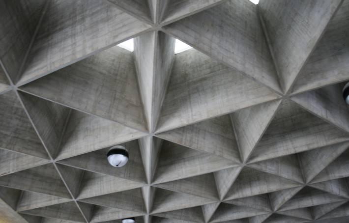 Потолок в стиле конструктивизм с треугольными кессонами