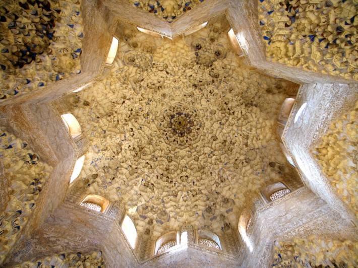 Потолок зала Абенсераги в замке Альгамбра в Гранаде (фото 4)