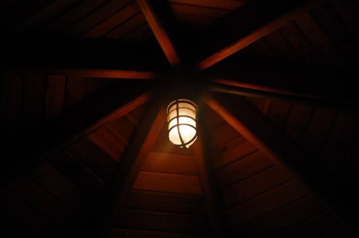 Деревянный потолок — фото 1