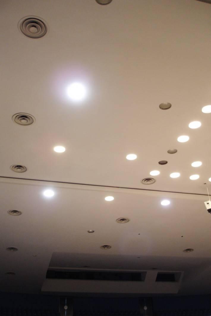 Потолок из гипрока с точеными светильниками