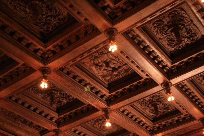 Деревянный потолок — фото 37