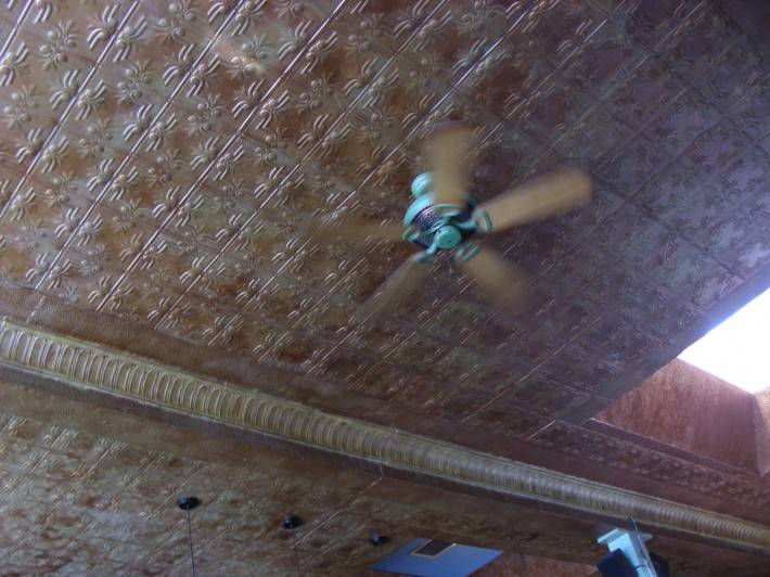 Потолок из декоративных панелей — фото 19