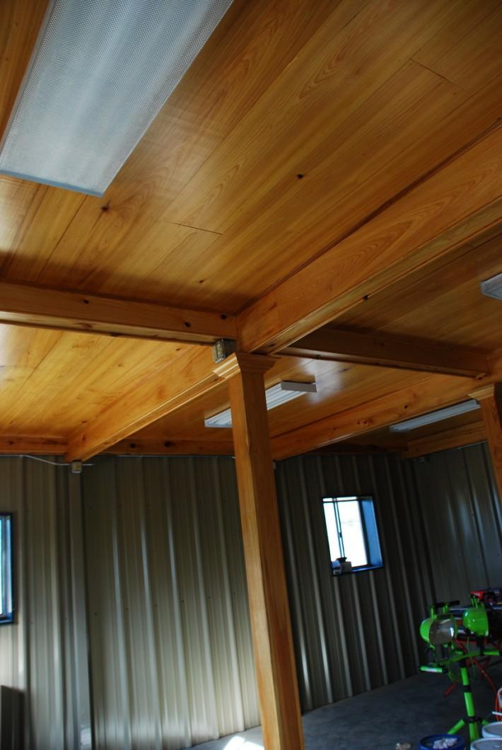 Деревянный потолок — фото 63