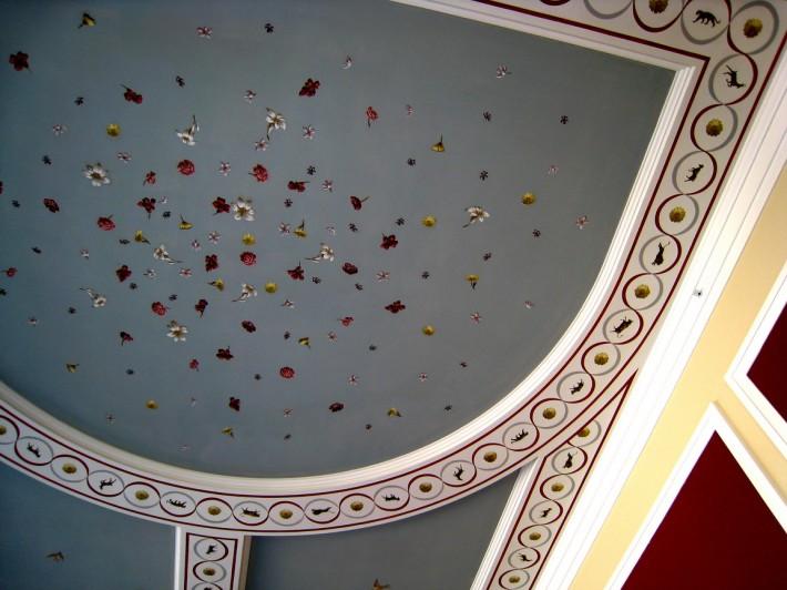 Роспись на потолке — цветы на голубом фоне