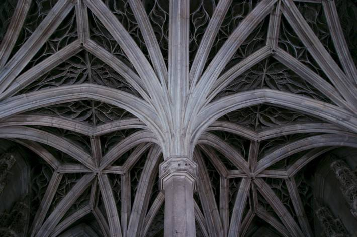 Звездчатые своды с колоннами образую потолок