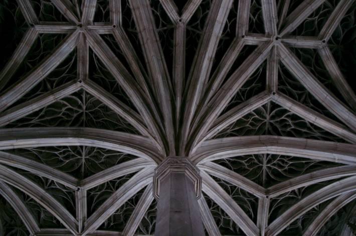 Звездчатые своды с колоннами образую потолок (фото 2)