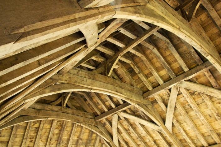 Деревянный потолок — фото 24