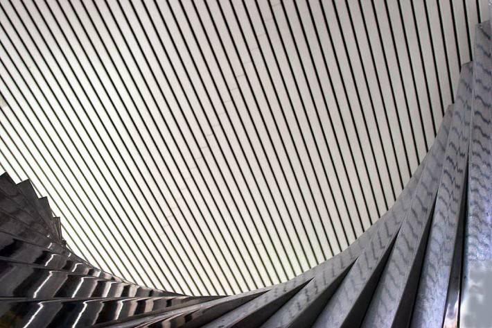 Металлический потолок необычной формы