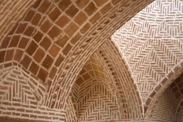 Комбинация разных видов кладок на сводчатом каменном потолке