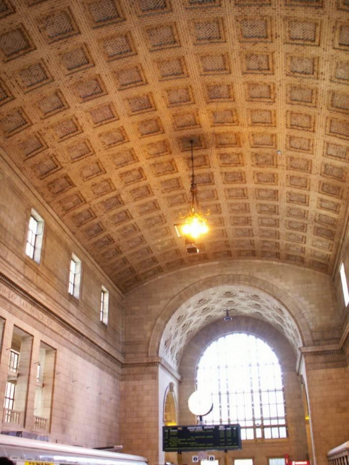 Кессонированный кирпичный потолок вокзала