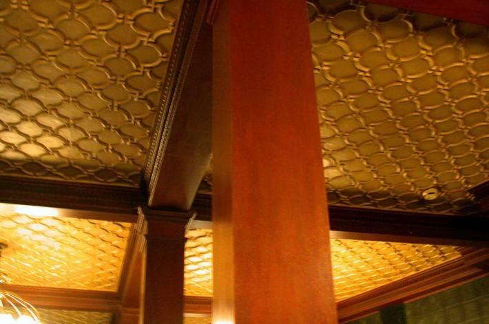 Потолок из декоративных панелей — фото 27