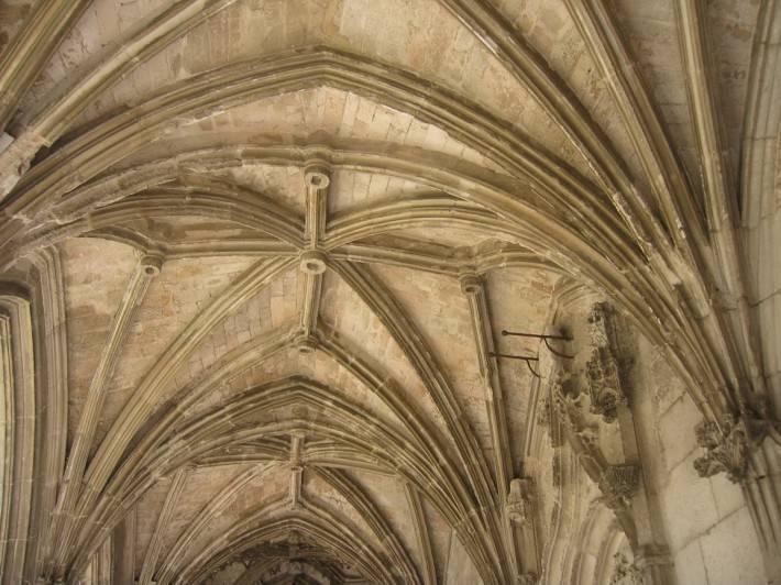 Фото старинного потолка из кирпича с лепниной