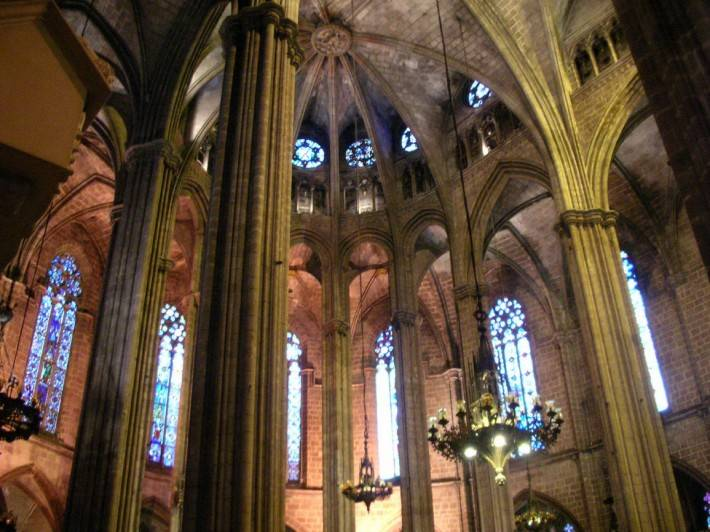 Потолок в каменной готической церкви