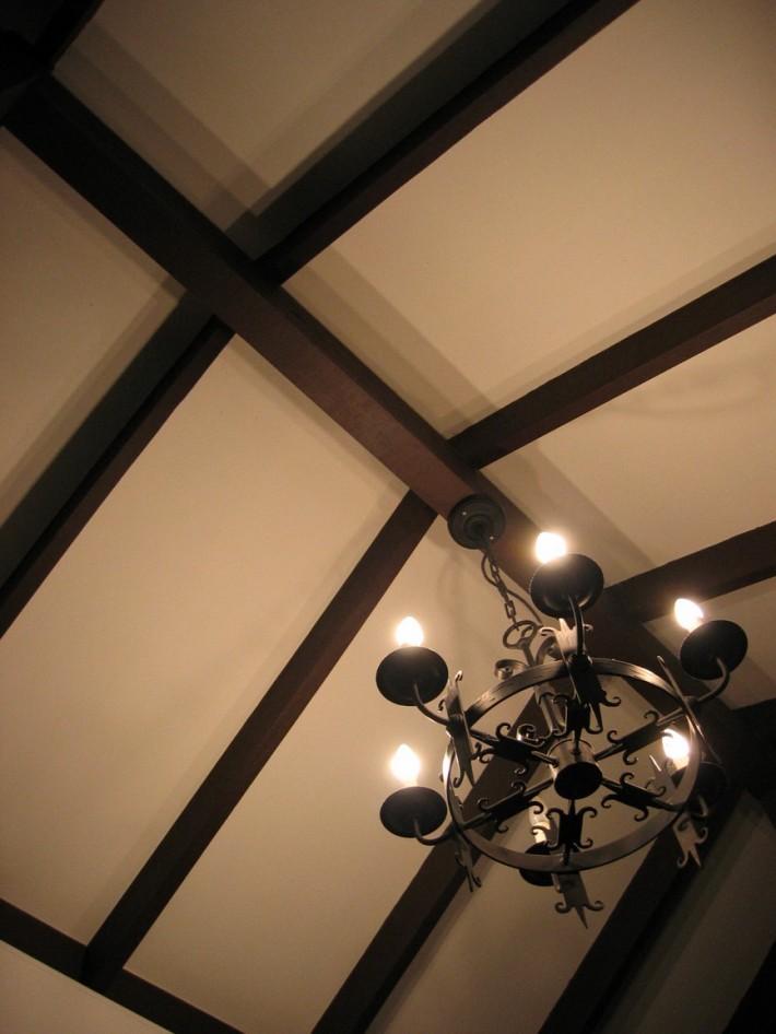 Деревянный потолок — фото 105