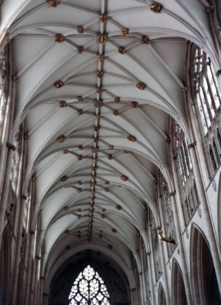 Анфилада каменного сводчатого потолка церкви