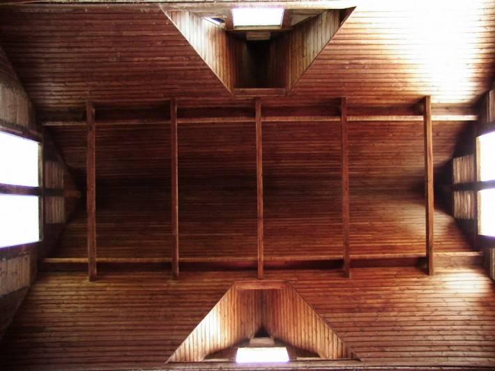 Деревянный потолок — фото 13
