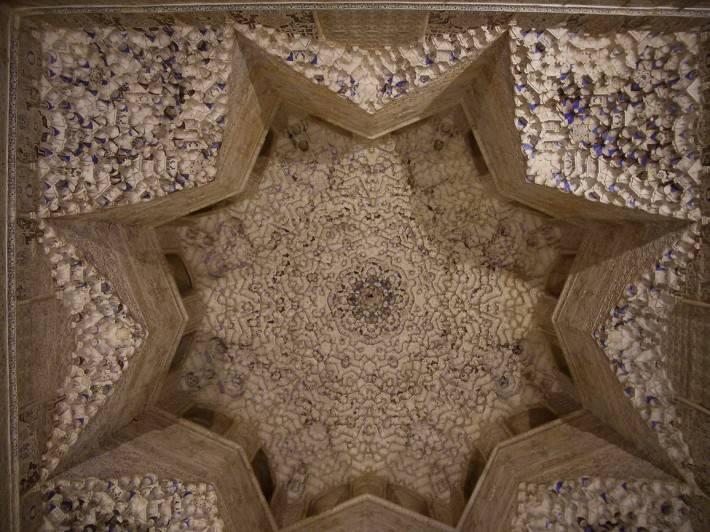 Потолок зала Абенсераги в замке Альгамбра в Гранаде (фото 3)