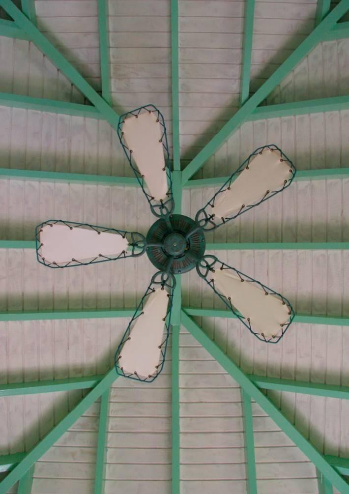 Фото потолка из дерева с вентилятором