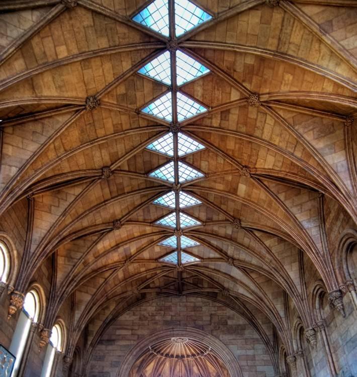 Потолок из камня со стеклянными оконцами по всей длине