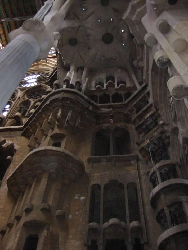 Потолок храма Святого Семейства в Барселоне (фото 7)