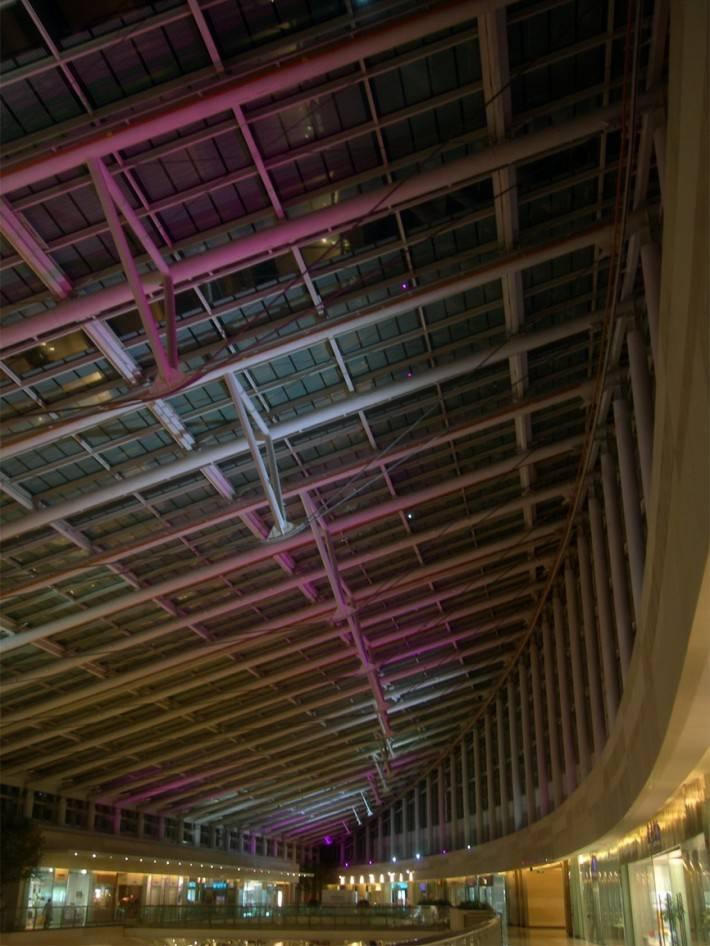 Металлический потолок торгового центра